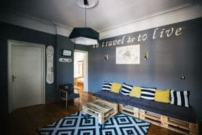 Septembarska enterijer priča: netipičan hostel u srcu Beograda