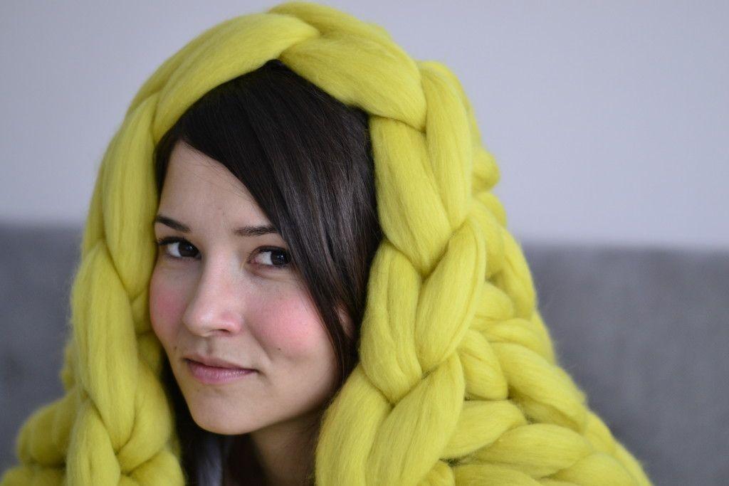 Devojka ogrnuta žutim Woolnia ćebetom