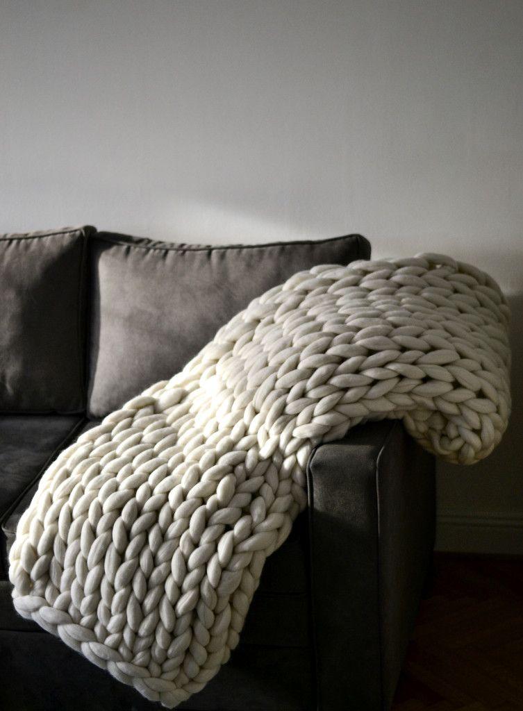 Belo Woolnia ćeve od merino vune na sivom kauču