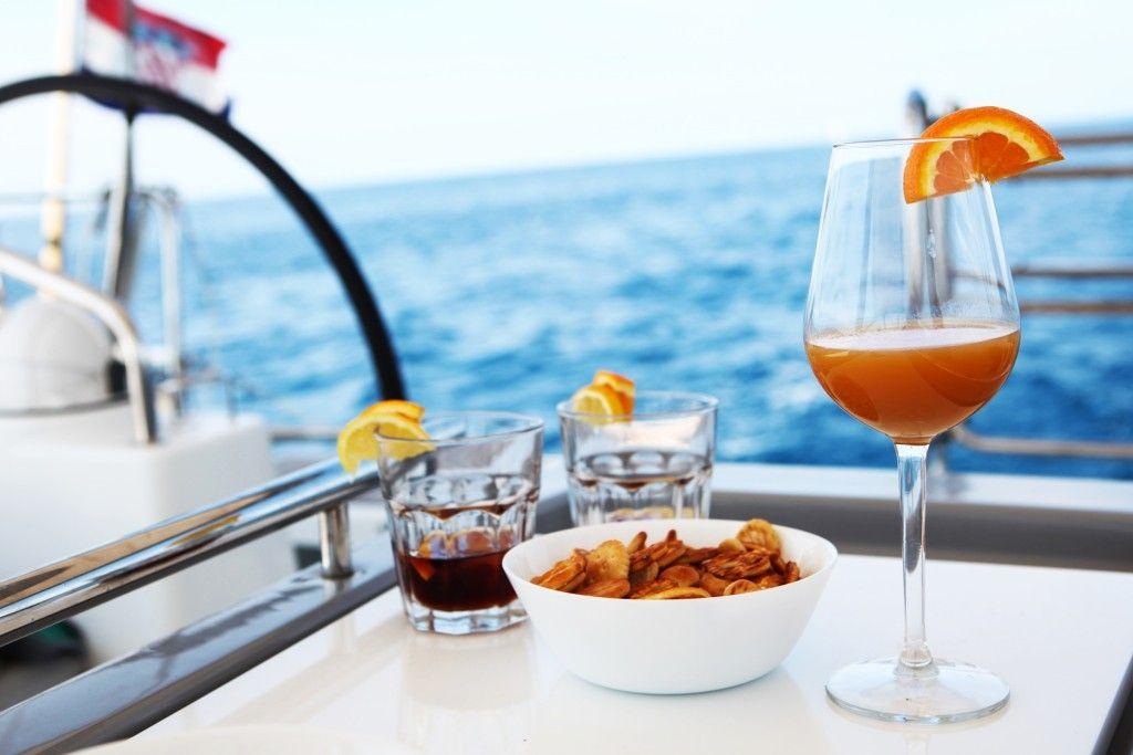 Osveženje na jahti Asta Yachting