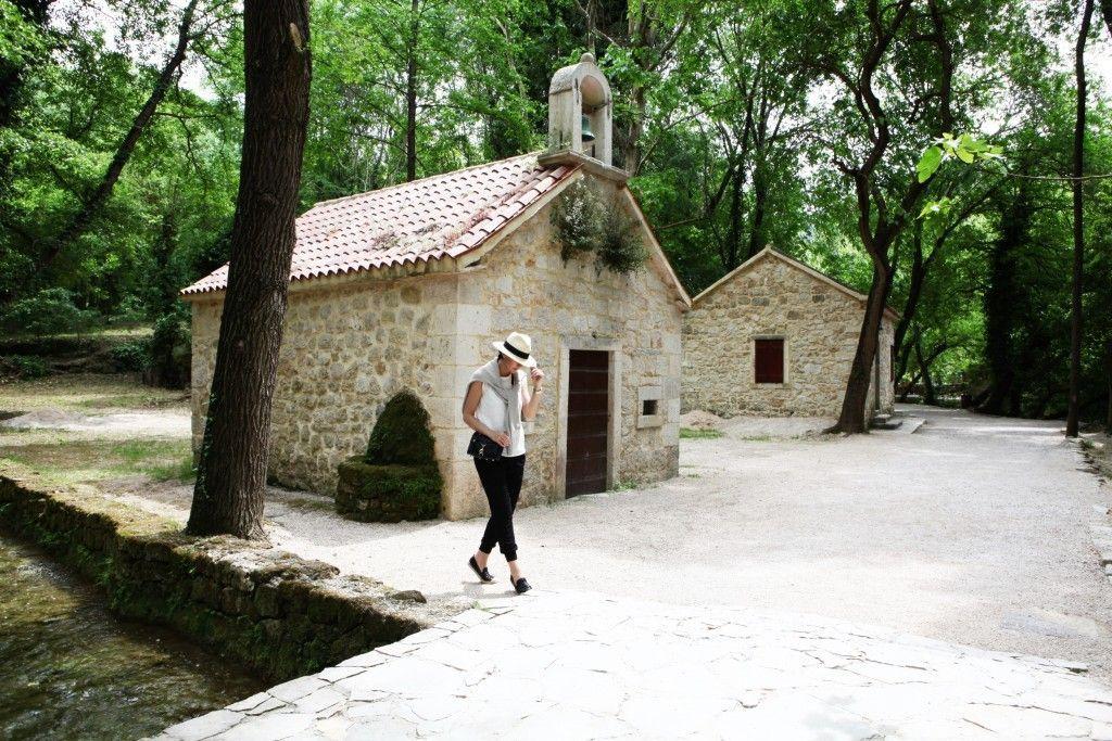 Ispred crkve u Nacionalnom parku Krka u Hrvatskoj