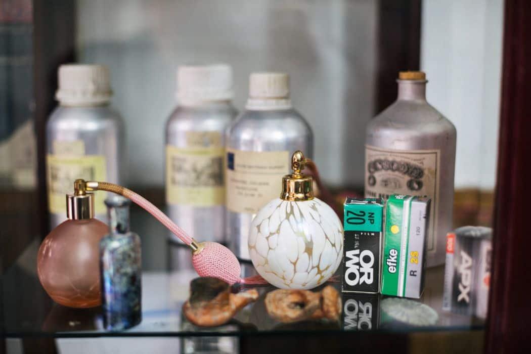 """Bočica za parfem iz izloga parfimerije """"Sava"""""""
