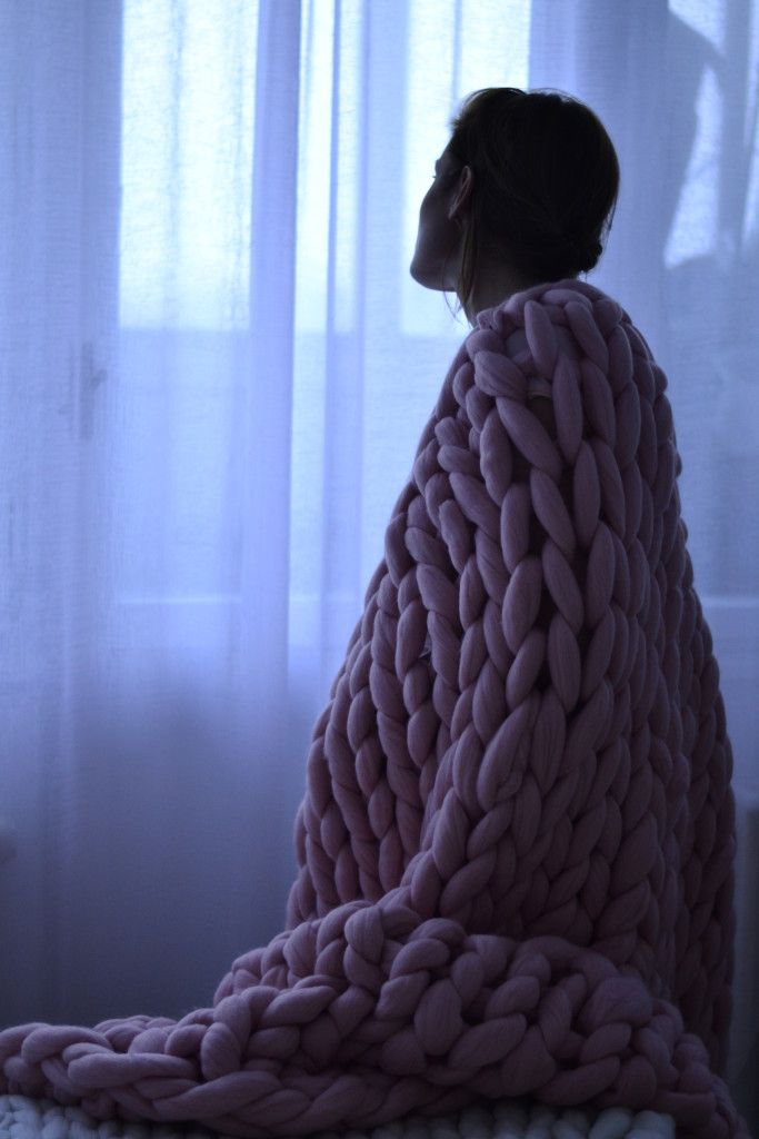 Devojka ogrnuta ružičastim Woolnia ćebetom