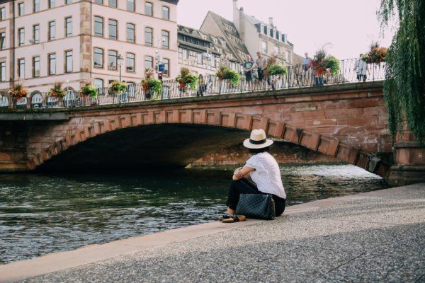 Slika devojke na obali reke